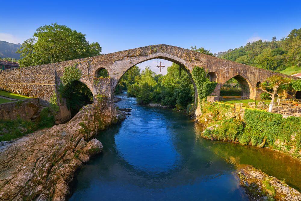 Puento Romano medieval sobre el río Sella en Cangas de Onís, Asturias