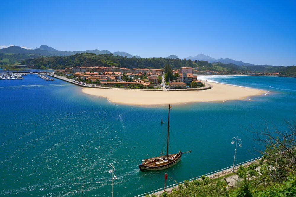 Velero en las aguas de la localidad de Ribadesella, Asturias