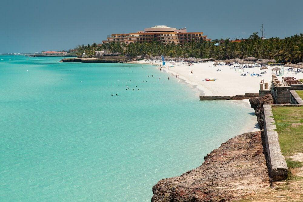 Playa con resort al fondo en Varadero, Cuba