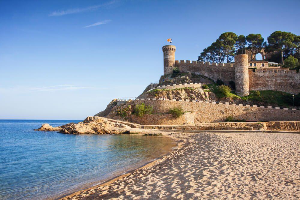 Platja Gran de Tossa de Mar con muralla y Torre al fondo en la Costa Brava, Girona