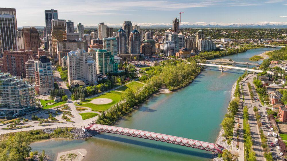 Vista aérea de la ciudad de Calgary, Canadá, con puentes sobre río