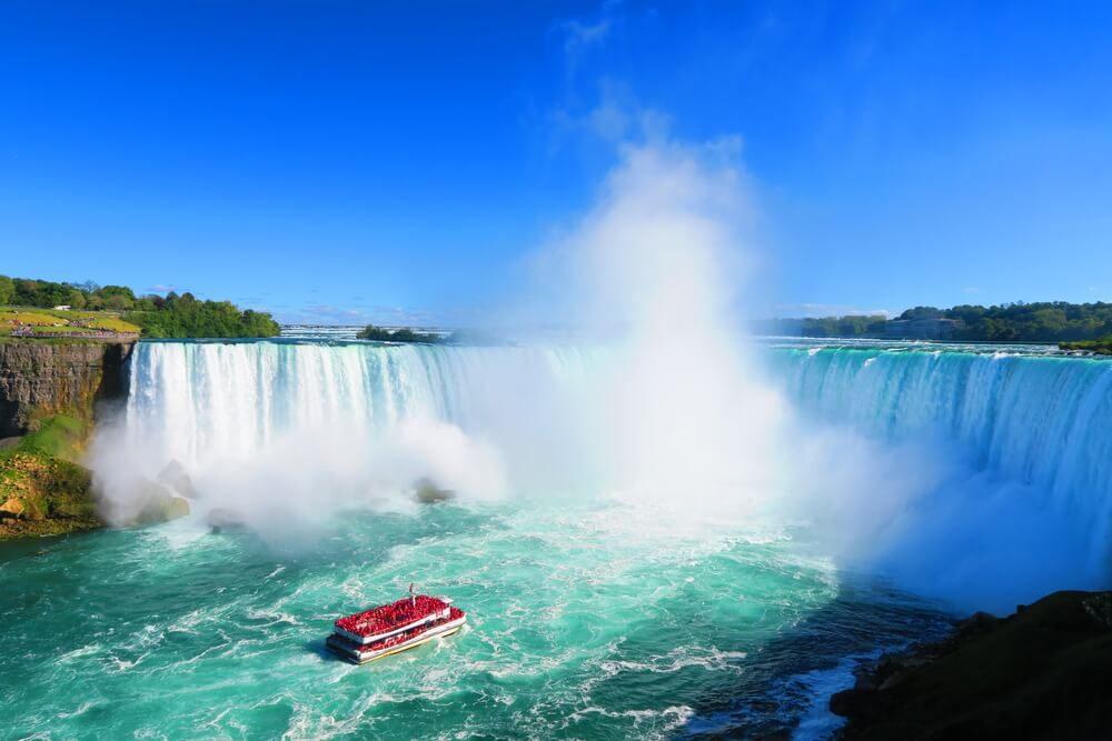 Barco de turista se adentra en la cascada principal de las Cataratas del Niágara en Canadá