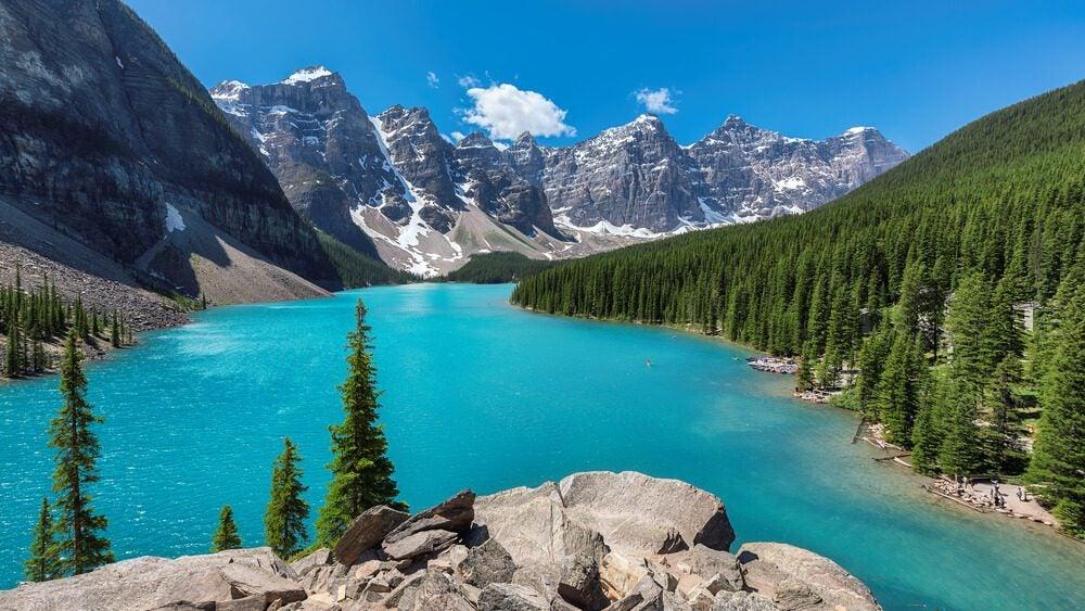 Lago Moraine con el Valle de los Diez Picos dentro del Parque Nacional Banff de las Montañas Rocosas Canadienses