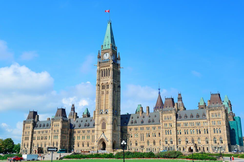 Fachada principal del Parlamento de Canadá en Ottawa con la Torre de la Paz en el centro