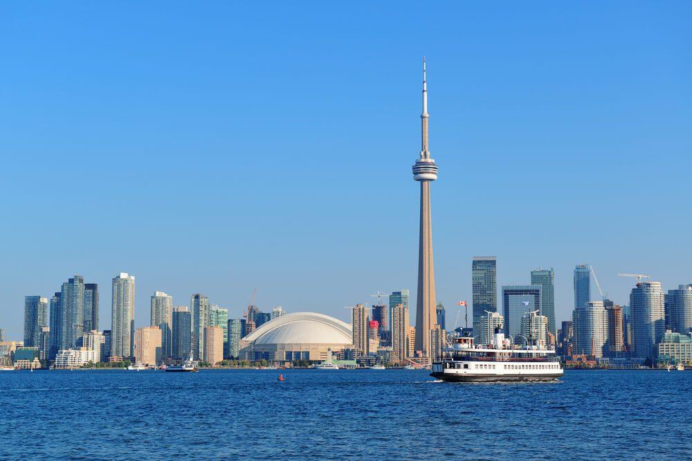 Skyline de Toronto desde el lago Ontario con la CN Tower y otros edificios de la ciudad