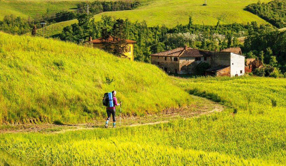 Senderista recorre el Camino de Dante entre la Toscana y la Emilia-Romaña