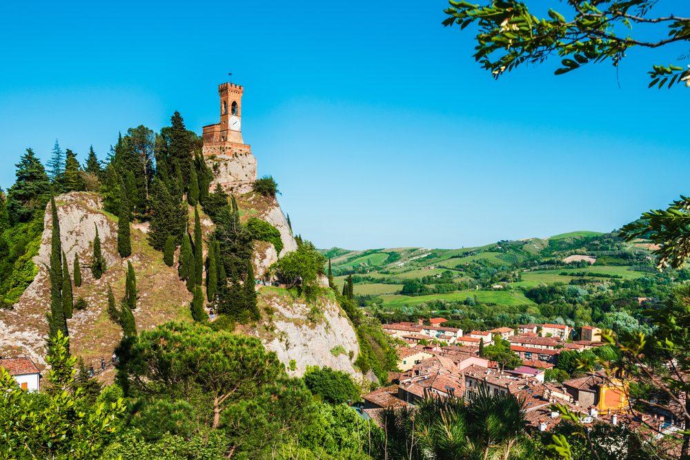 Vista panorámica del pueblo de Brisighella con la montaña en el lado izquierdo y las casa en el izquierdo
