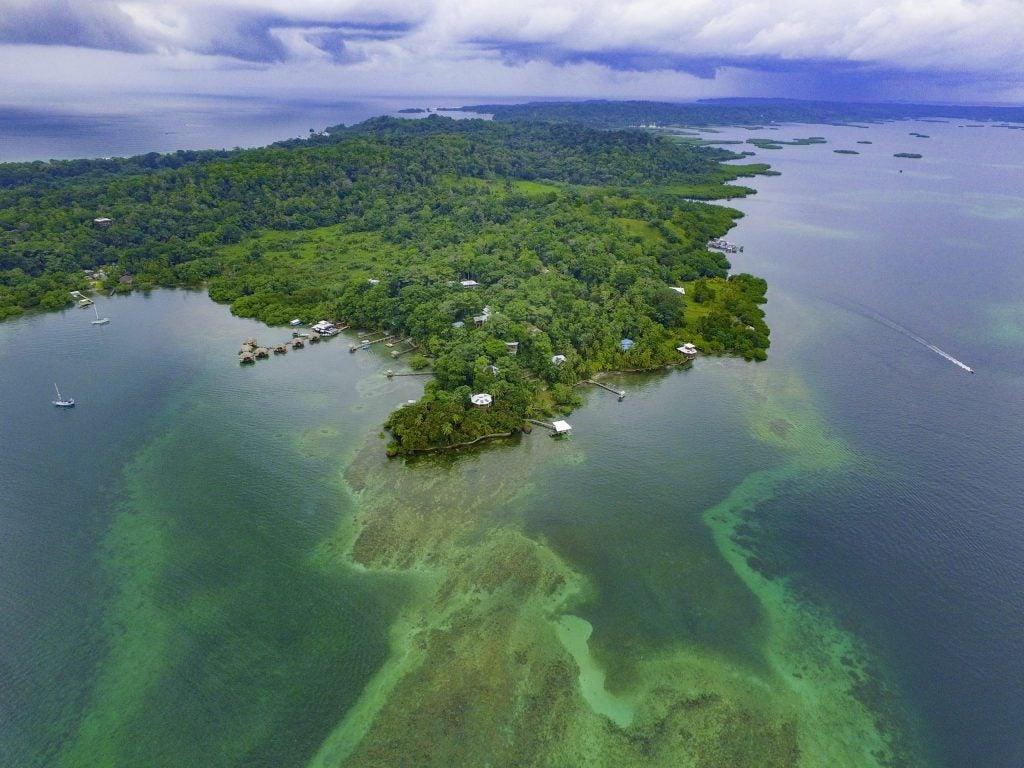 Imagen aérea del archipiélago de Bocas del Toro en Panamá, cerca de Costa Rica