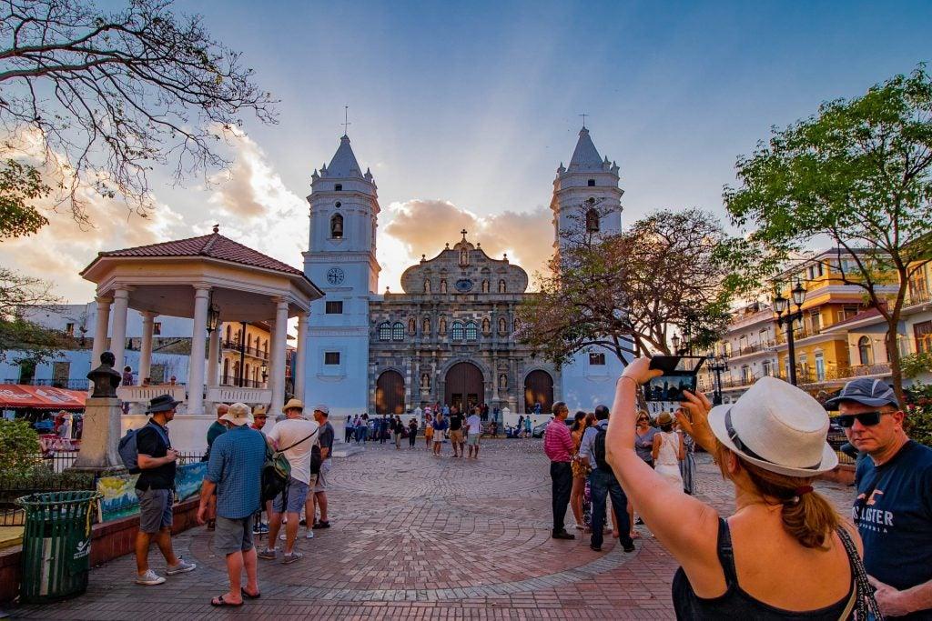 Plaza en el casco antiguo de Ciudad de Panamá con la Catedral Metropolitana en el centro y tuistas haciendo fotos