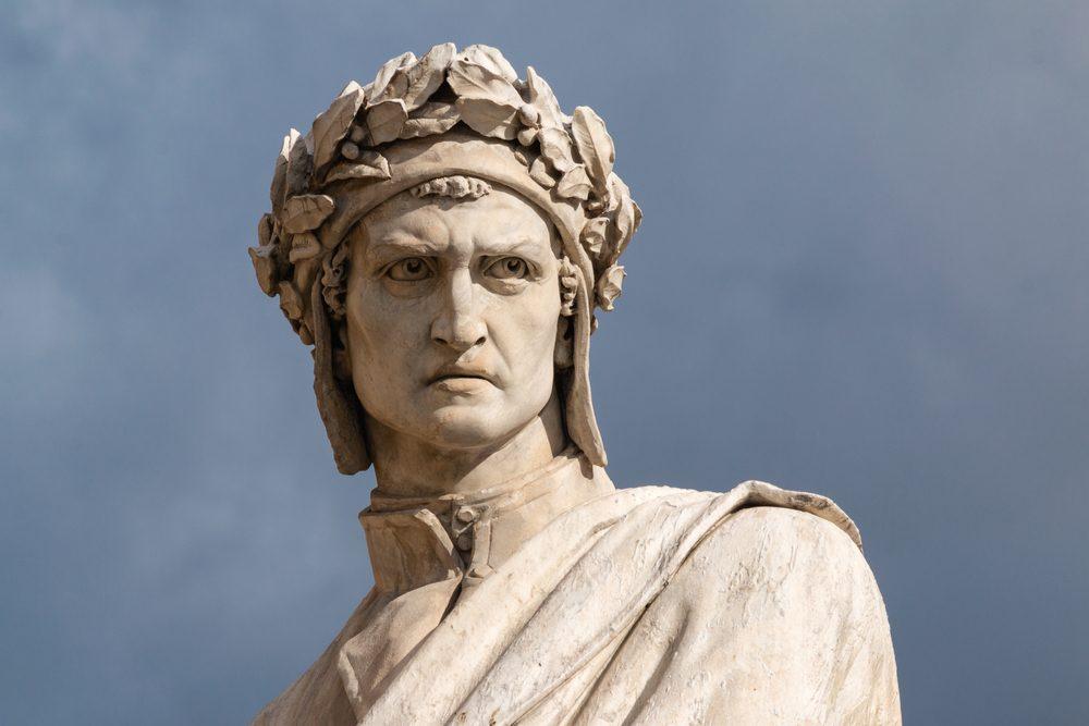 Escultura del poeta italiano Dante Alighieri en Florencia, ciudad de la que parte el Camino de Dante entre la Toscana y la Emilia-Romaña