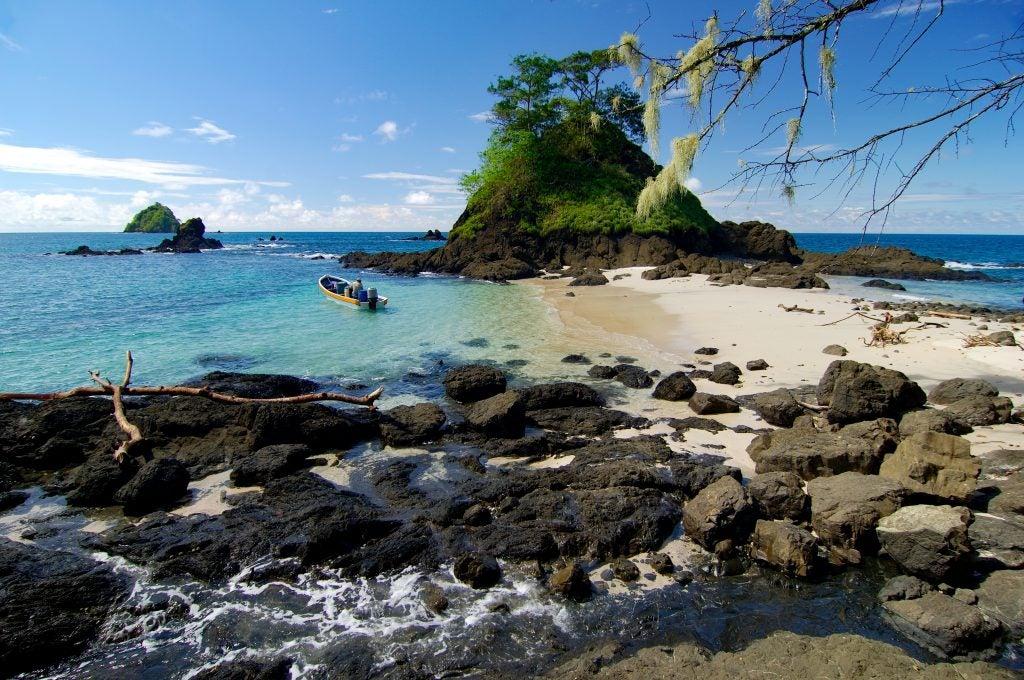 Islote y playa en el Parque Nacional Coiba en Panamá