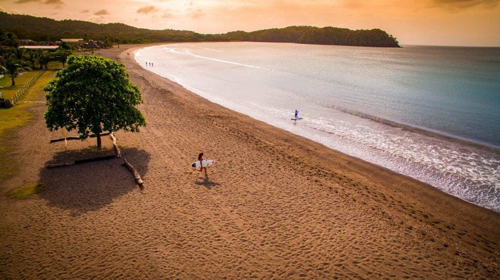 Dos surfistas practican en la Playa Venao, Panamá