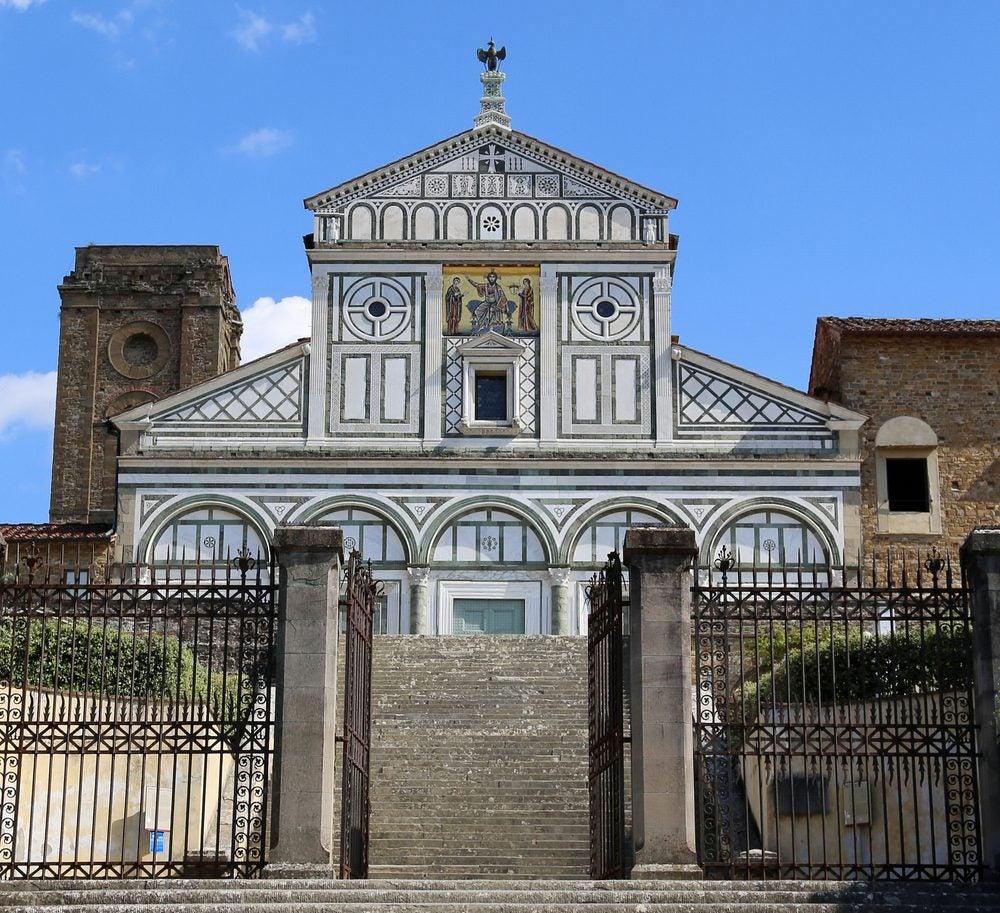 Iglesia románica de San Miniato al Monte, en Florencia, una de las muchas que ver durante el Camino de Dante entre la Toscana y la Emilia-Romaña