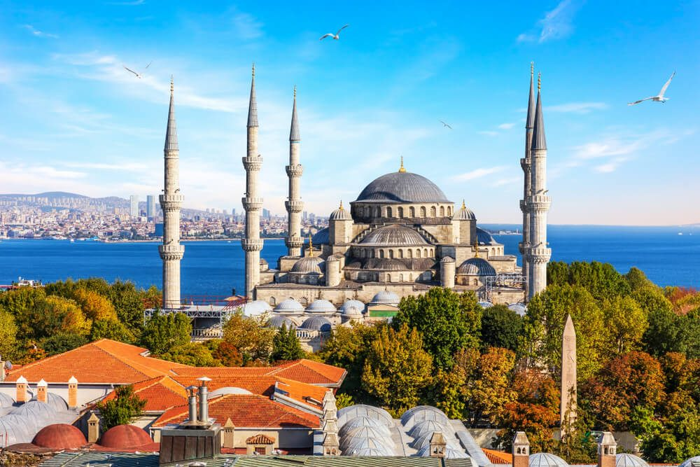 Templo Hagia Sophia en Estambul con minaretes y el mar de fondo