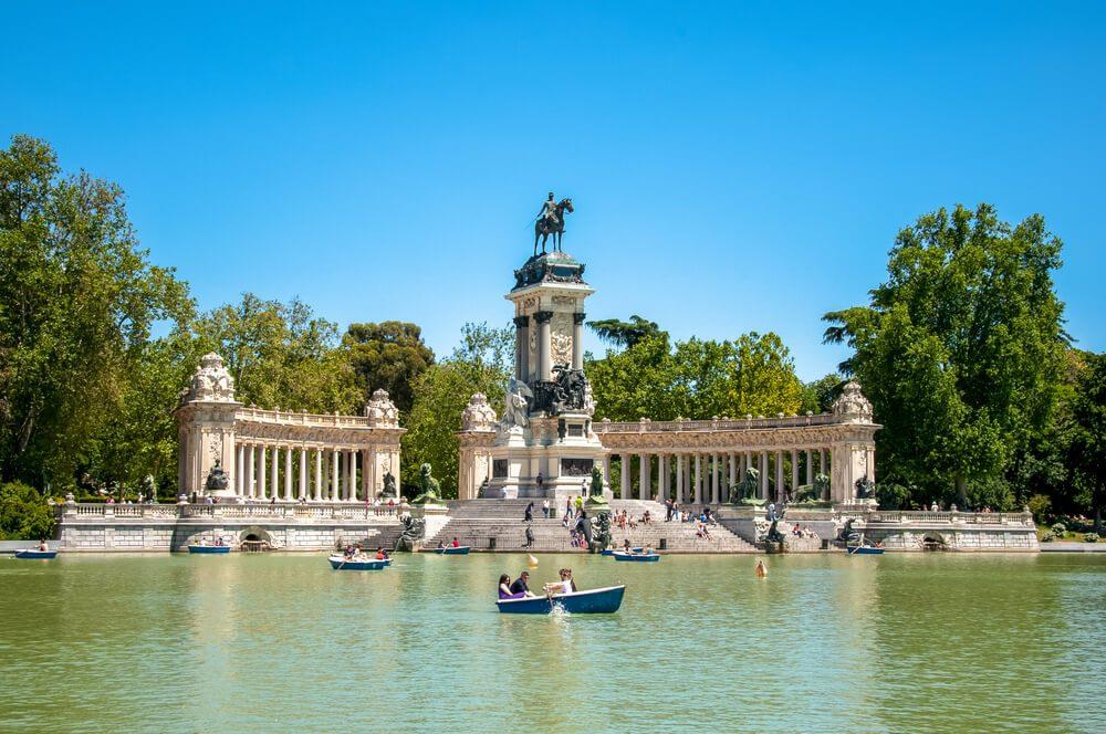 Lago con barcas en el Parque del Retiro, Madrid