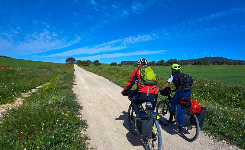 Peregrunis recorren el bicicleta uno de los tramos del Camino de Santiago