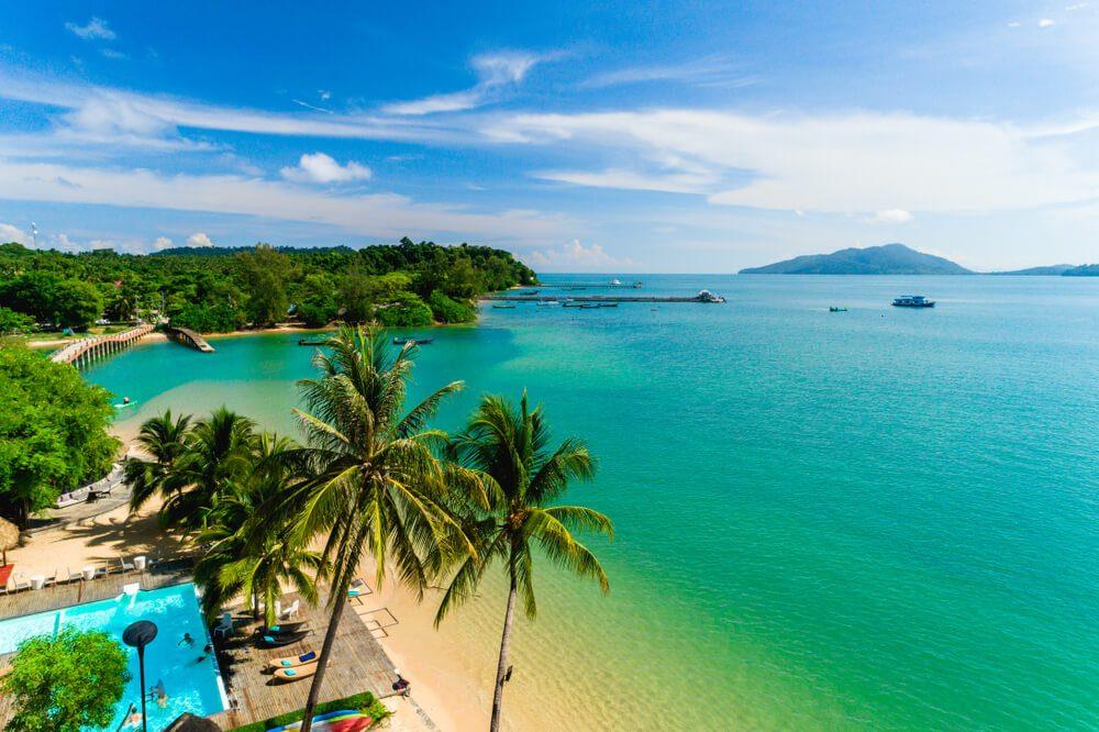 Playa de aguas transparentes con palmeras en la región de Ranong, Tailandia