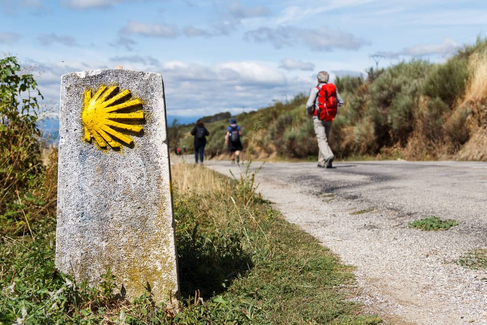 Señalización con concha amarilla que indica el itinerario a los peregrinos del Camino de Santiago