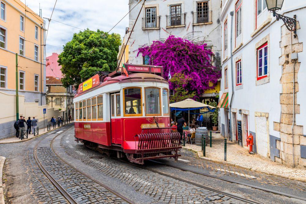 Tranvía en las calles de Lisboa, uno de los mejores destinos europeos desde donde teletrabajar