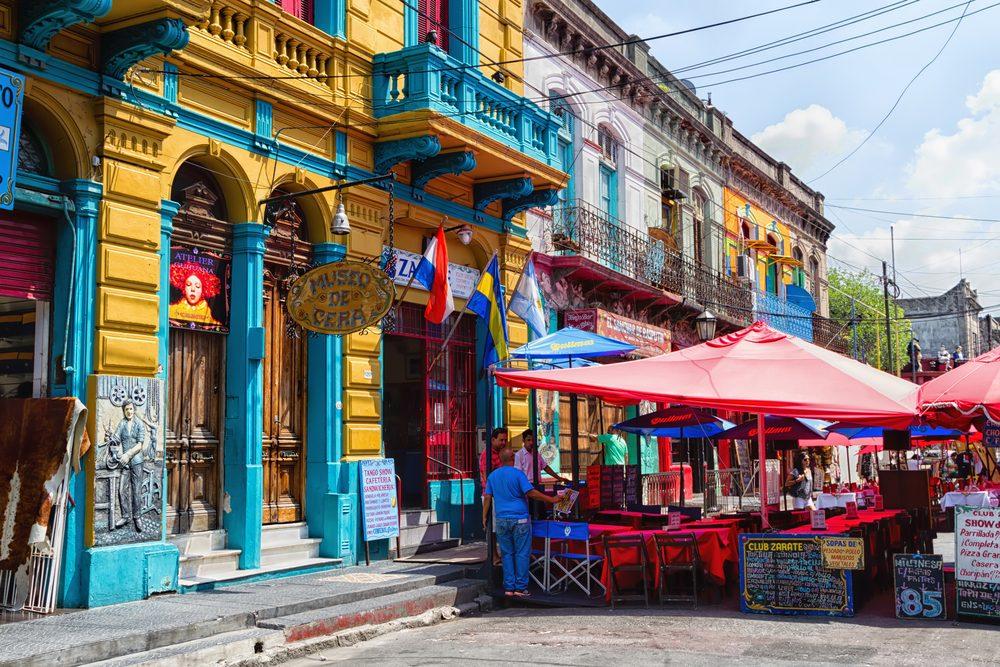Casas coloridas en el barrio de La Boca, Buenos Aires Argentina, un destino recomendado para teletrabajar como nómada digital
