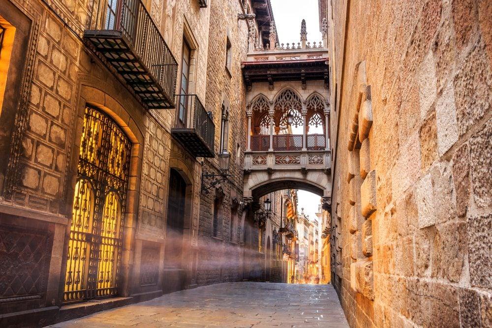 Calle de Ciutat Vella en Barcelona, el casco antiguo de la ciudad