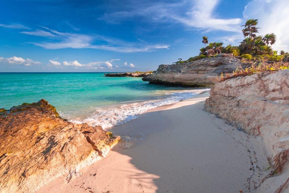 Pequeña playa virgen en Playa del Carmen, México, desde donde trabajar en remoto