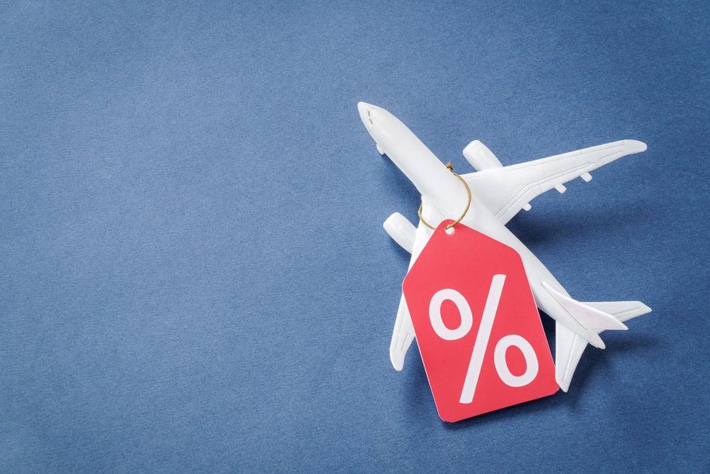 avion en miniatura con etiqueta de porcentaje